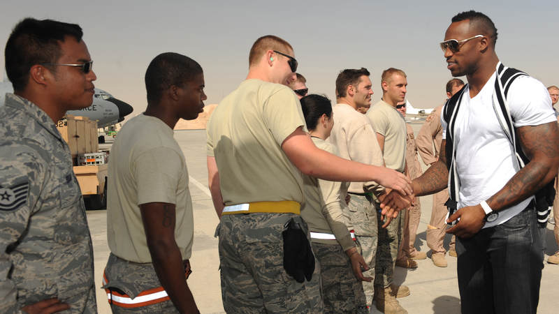 Vernon Davis visits service members during a USO tour in 2010.